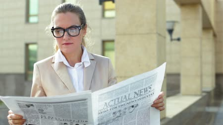 espetáculos : Elegant business lady taking a minute to read the latest news