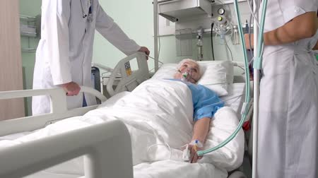 ér : Elderly patient being in stable condition lying on the ward bed