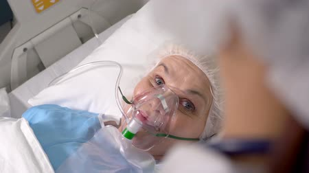 acil durum : An emergency patient wearing an oxygen mask talking to the doctor