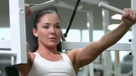 fisiculturismo : Close-up of a determined female building biceps in the gym Stock Footage