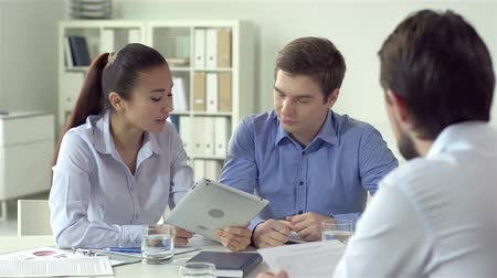 discussão : Business team of three meeting to discuss corporate issues Stock Footage