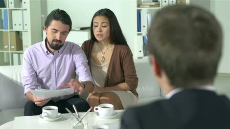 makler : Insurance broker meeting with a young family to discuss the terms of the contract Wideo