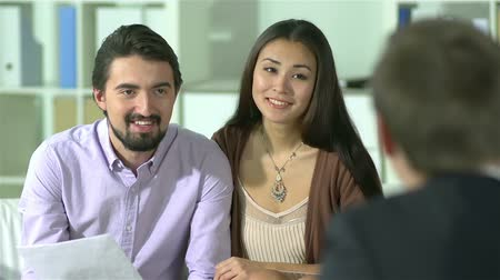 biztosítás : Cheerful couple being satisfied with the terms of the contract