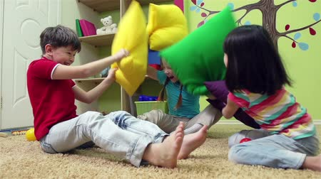 almofada : Slow motion of a group of children having a pillow fight Vídeos