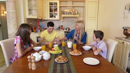 четыре человека : Family of four having a delicious breakfast