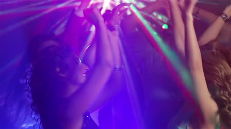 torcendo : Girls and guys partying hard in the nightclub, zoom-in and out Stock Footage
