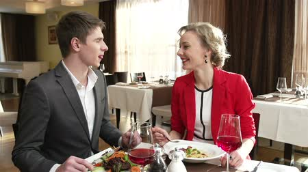 ресторан : Caring couple sharing meal at the restaurant
