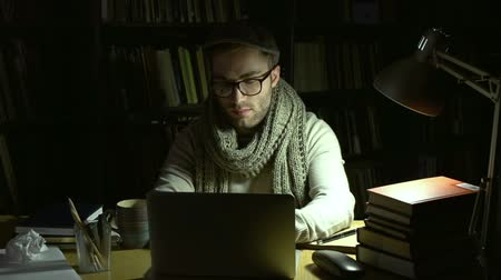 autor : Fervent novelist working on his production typing on laptop