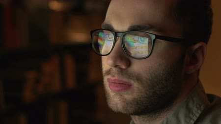 espetáculos : Handsome man in eyeglasses in front of the monitor dragging the objects over the screen