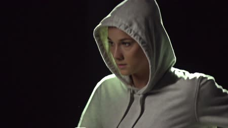 musculação : Slow-motion of a runner in hooded sweatshirt Vídeos
