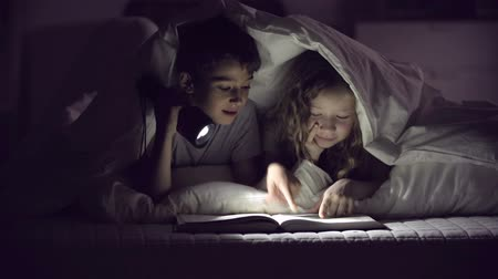 olvasás : Children with flashlight reading