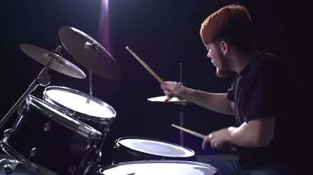 барабаны : Tilt down from face of cymbalist to drums