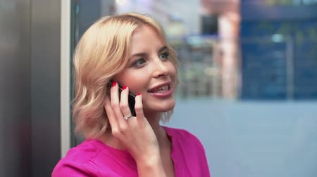 sarışın : Stunning woman in pink going down in glass elevator and chewing the fat on the phone