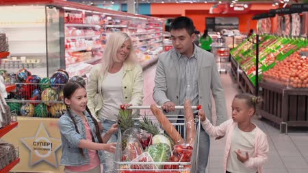 супермаркет : Family enjoying shopping together, approaching but not looking at camera