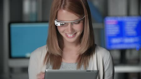 voz : Tilt up of attractive girl enjoying her time using head-mounted device and digital tab in the dark room Stock Footage