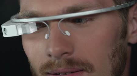 voz : Extreme close up of man handling smart glasses in slow motion