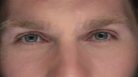 výraz : Extreme close up of male eyes Dostupné videozáznamy