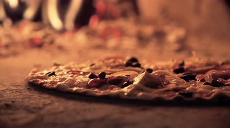 estalo : Extreme close up of pizza bubbling in the masonry oven and taken out when ready Vídeos