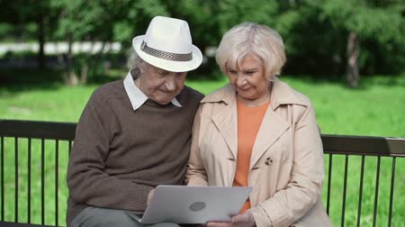 пенсионер : Senior couple enjoying technological innovations Стоковые видеозаписи
