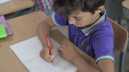 aritmética : Close up of boy doing sums in notebook
