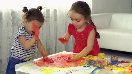 nepořádek : Two little girls having fun with gouache Dostupné videozáznamy