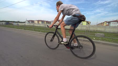 rögzített : Man cycling on the roadway