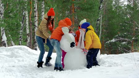 kardan adam : Group of kids making a snowman together