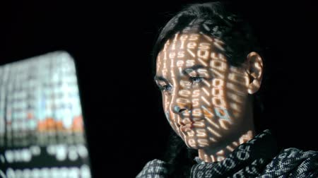 хакер : Macro shot of female face with binary code projections