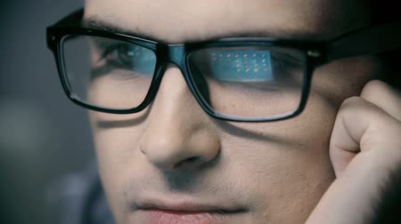 yazılım : Extreme close up of male face, computer screen reflecting in his eyeglasses Stok Video
