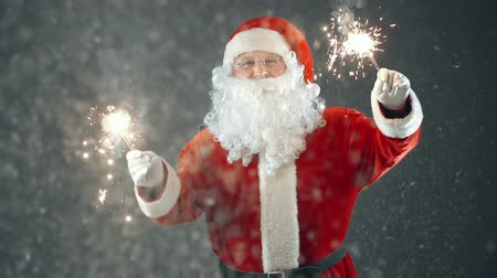 Санта шляпе : Close up of Santa Claus dancing with sparklers in hands Стоковые видеозаписи
