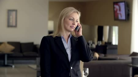 мобильный телефон : Business woman talking on the phone and making appointment Стоковые видеозаписи