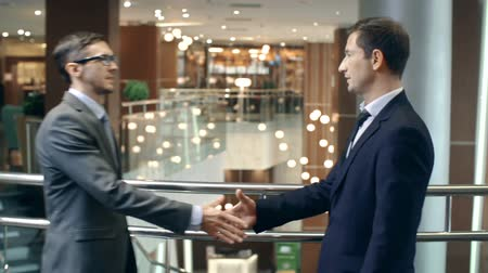 рукопожатие : Business partners greeting each other with handshake