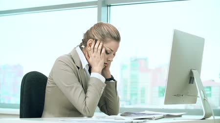 головная боль : Woman at office computer suffering from headache Стоковые видеозаписи