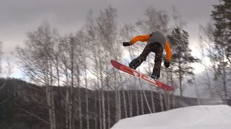 snowboard : Cool snowboarder performing japan air grab Stok Video