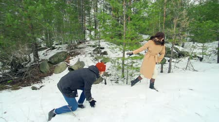 Деятельность выходные : Cheerful couple enjoying their winter activity playing with snow