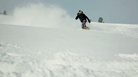 экстремальный : Slow motion of professional rider making a spectacular powder turn