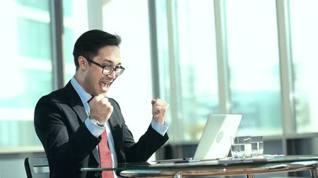 sampiyonlar : Close up of businessman exhilarated by news from electronic message