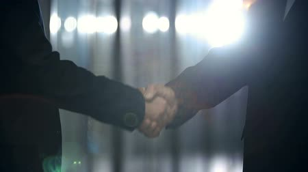рукопожатие : Conceptual video of two unrecognizable people handshaking