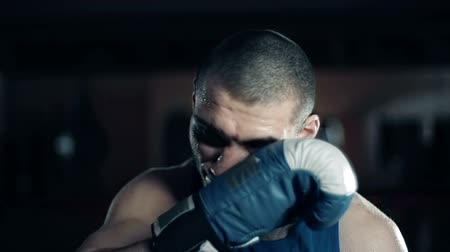 suor : Portrait of boxer wiping sweat from his face with a boxing glove Vídeos