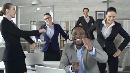 kutluyor : Slow motion of happy business team celebrating with dance in the office Stok Video