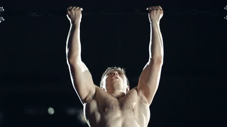 motivasyonel : Close up of sportsman doing chin up to muscle up in the dark