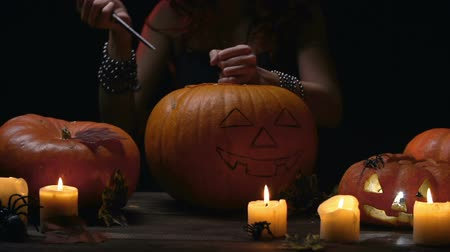 dynia : Hands of witch carving Halloween pumpkin