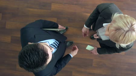 insan eli : Above view of two business partners shaking hands in greeting, talking and walking to meeting room Stok Video