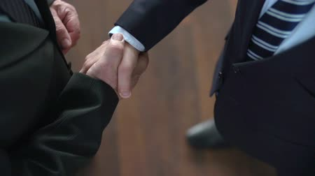 рукопожатие : High angle close-up view of firm and confident business handshake