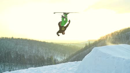 экстремальный : Guy skiing downhill and performing a backflip in slow motion