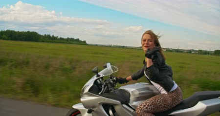 motocykl : Gorgeous girl riding motorcycle and blowing kiss at camera Wideo