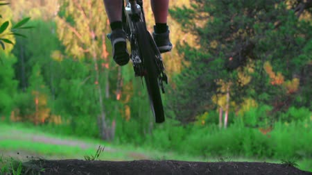 pohoří : Mountain bike rider jumping downhill in slow motion