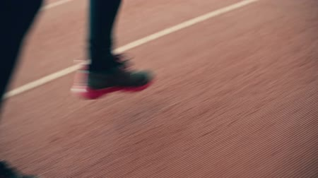 corrida : Close-up of female legs running on running track