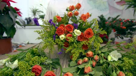 bouquets : Skillful florist arranging a beautiful flower bouquet Stock Footage
