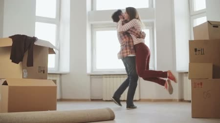 apartamentos : Young couple very happy and excited about moving into new apartment